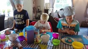 Het venster kinderfeest boltaartjes maken